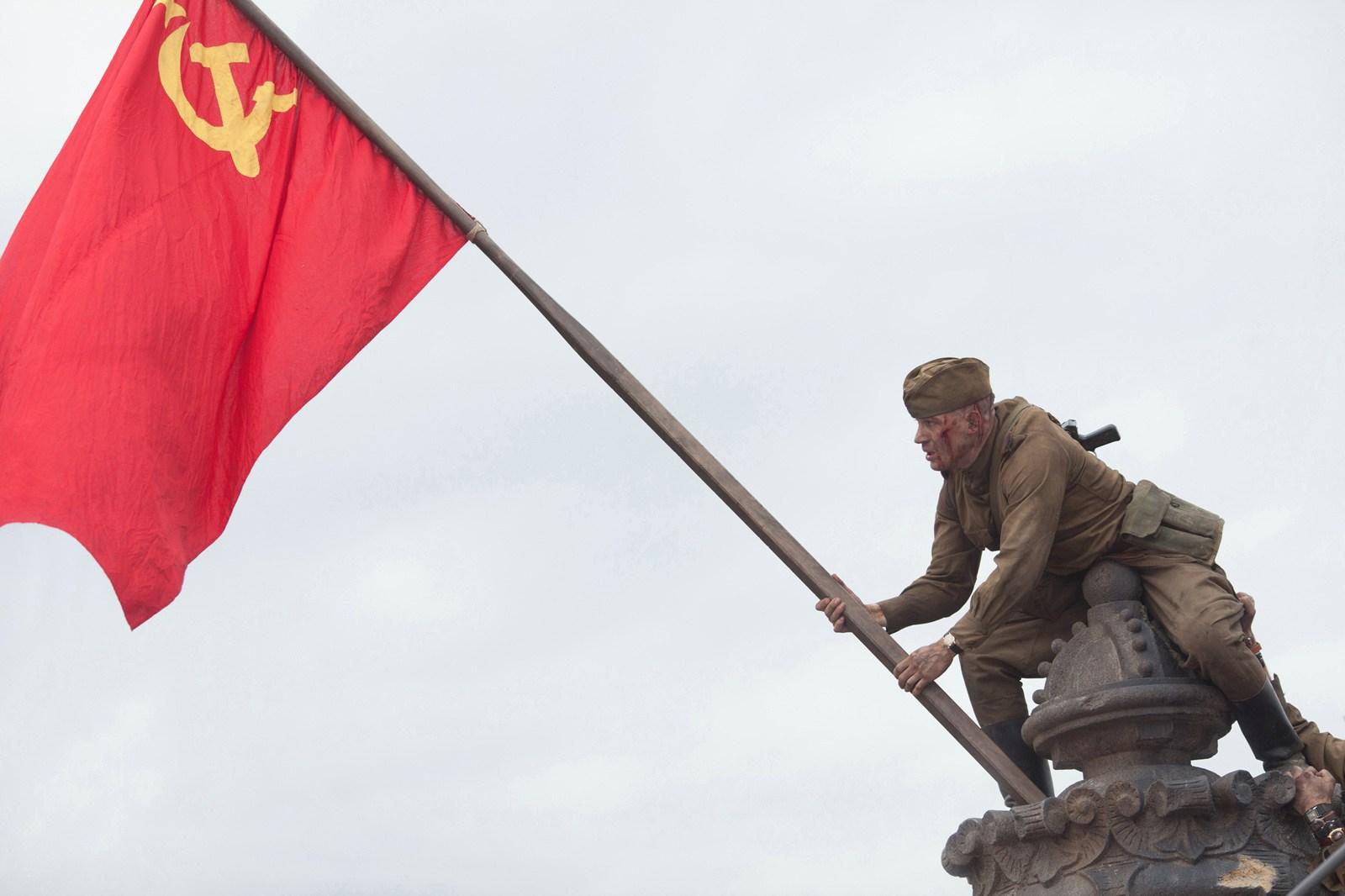 Солдат со знаменем картинка